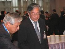 左から、西原代表理事、掛村理事((協)日本飼料工業会)