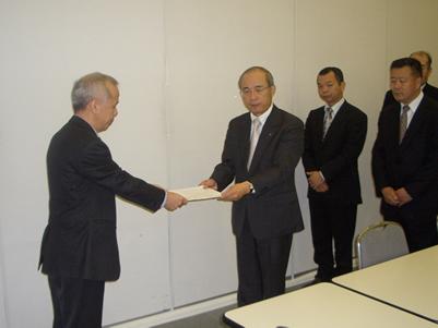 青野会長から廣瀬常務に要請書を手交