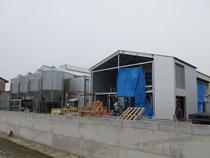 建設中の養鶏施設を視察