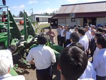 大型収穫機械の説明を受ける
