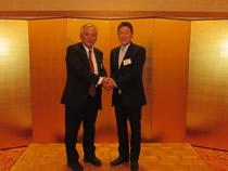 山口県全日畜の藤井会長と全日畜の西原代表理事がガッチリと握手