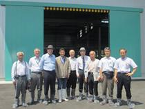 藤井会長の牧場で参加者が記念撮影