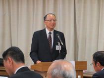 議案の提案説明を行う山田哲郎事務局長