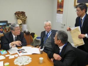 野村部会長に畜産クラスターの現場事情等を説明する鹿児島県から参加の皆さん