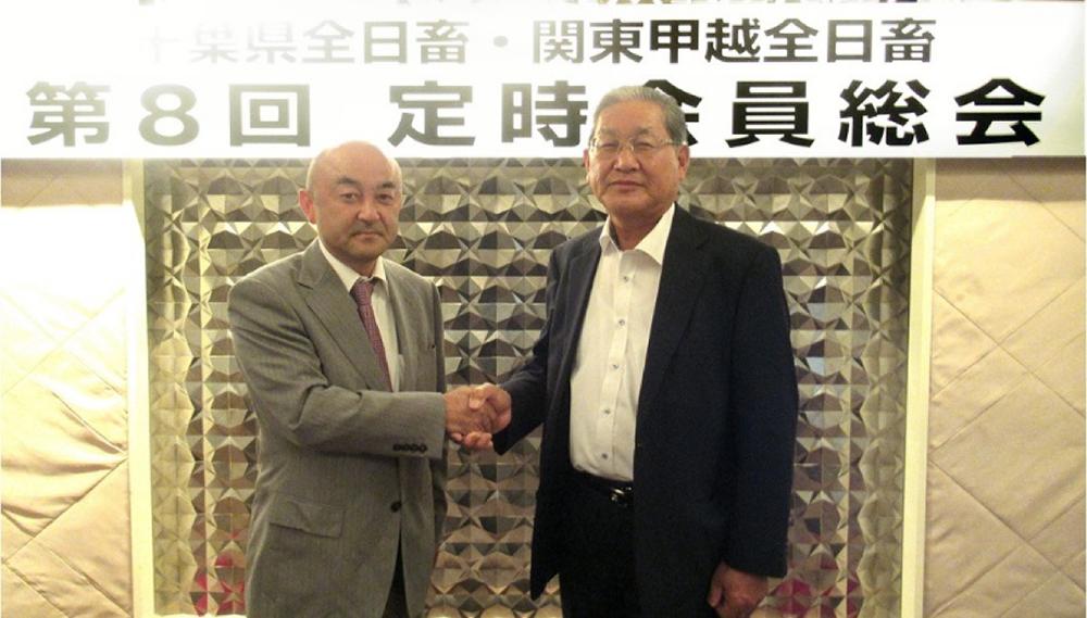 長嶋新会長と伊藤前会長の固い握手